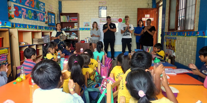 Niños de nidos solidarios de Solidaridad en Marcha reciben ayuda de benefactor