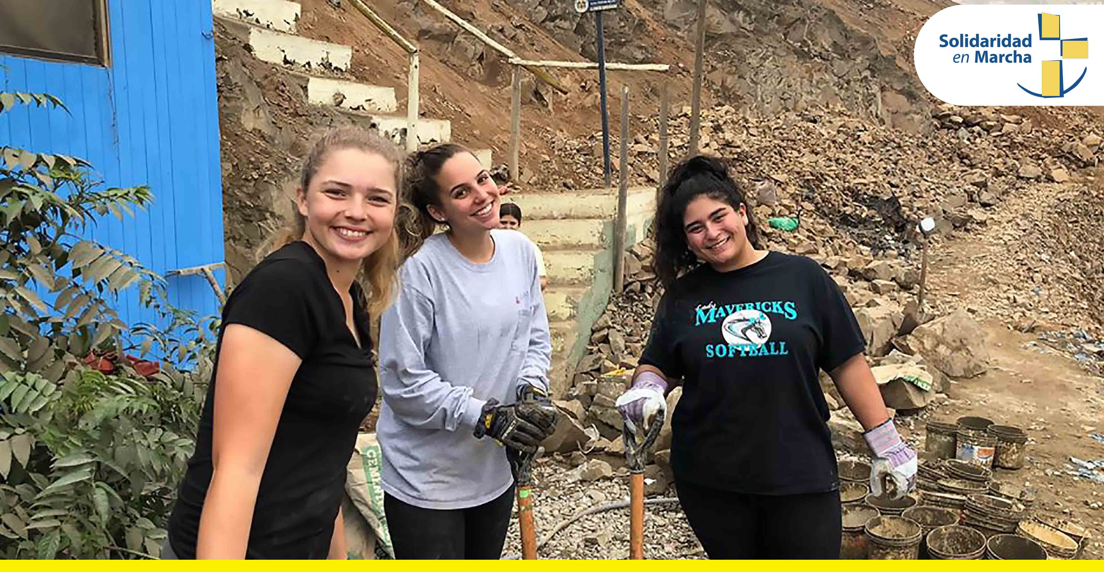 Jóvenes voluntarios de U.S.A. construyen muro de contención en Pamplona Alta