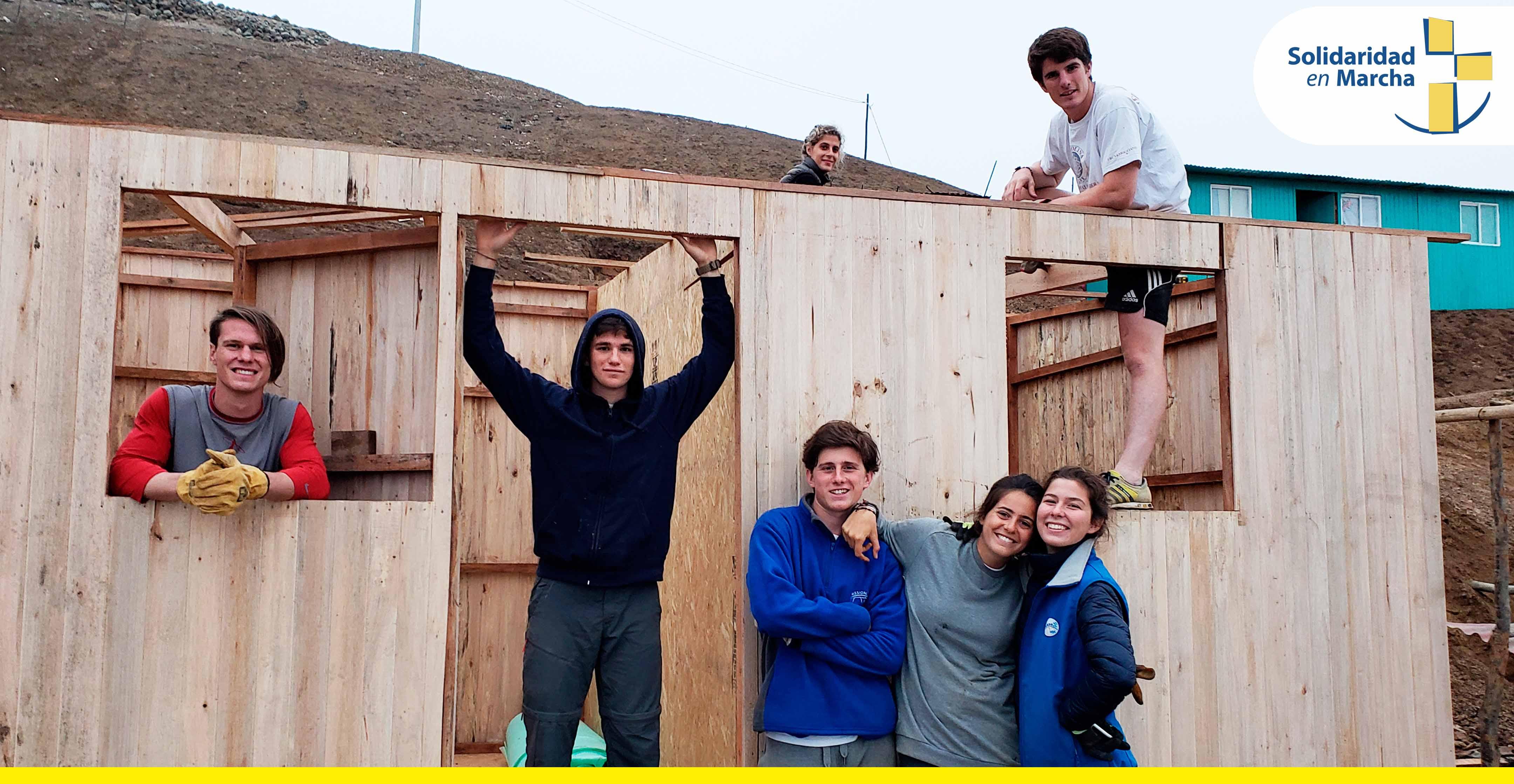 Jóvenes voluntarios de Italia construyen 16 casas para comunidad en Cañete
